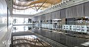 港珠澳大橋下周二(23日)在珠海舉行開通儀式,但大橋正式啟用日期仍未有公布。本報獲得一批7月時大橋香港口岸旅檢大樓內部的照片,顯示大樓內有多個「景觀水池」(圖中間位置),部分已經注水,池水反射天幕倒影,但水池其中一邊(圖左)的欄杆高度只及腳踝。路政署則強調有關設計符合標準,可保障行人安全。(讀者提供)