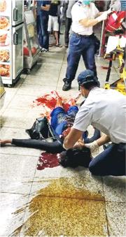 遇襲烏干達女子倒臥在重慶大廈地下,現場遺下大灘血迹,救護員當場為她急救。(Time News International截圖)