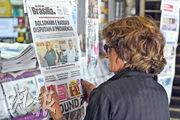 《2018數碼新聞報告》指出,新聞素養愈高的受訪者,愈傾向閱讀紙媒新聞而非電視廣播新聞。報告又關注政府應負起更多責任,阻止網上錯誤資訊流通。圖為巴西一名女子正在報攤閱讀有關選舉的頭條新聞。(法新社)
