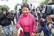 2018年1月,各傳媒於鄭若驊住所外就其大宅涉僭建追訪。