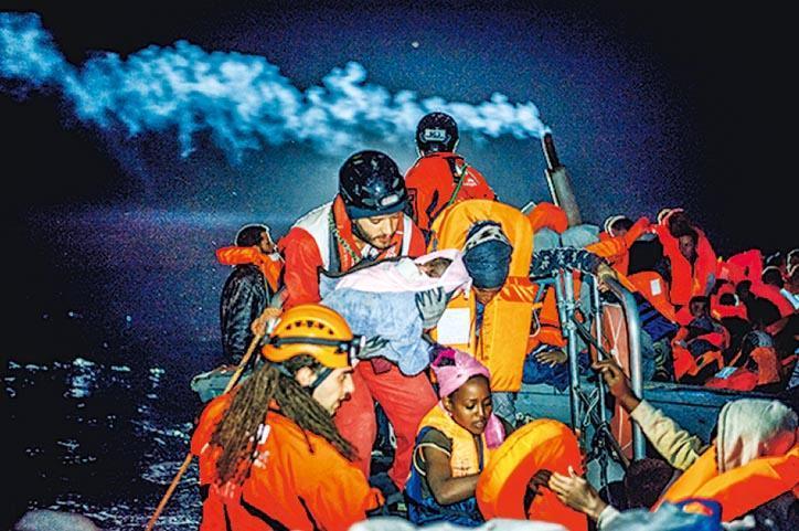 由無國界醫生與「SOS MEDITERRANEE」共同運作的搜救船「Aquarius」曾在地中海拯救數以千計的人,包括無人陪伴的兒童,更曾有嬰兒在搜救船上出世。儘管「Aquarius」符合所有航行標準,並符合巴拿馬當局對註冊船的嚴格技術規範,但仍遭當局撤銷船隻註冊。© Kevin McElvaney(無國界醫生提供)