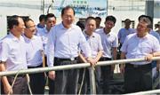 上月颱風「山竹」來襲前,廣東省委副書記任學鋒(中)到江門檢查防風情况。(網上圖片)