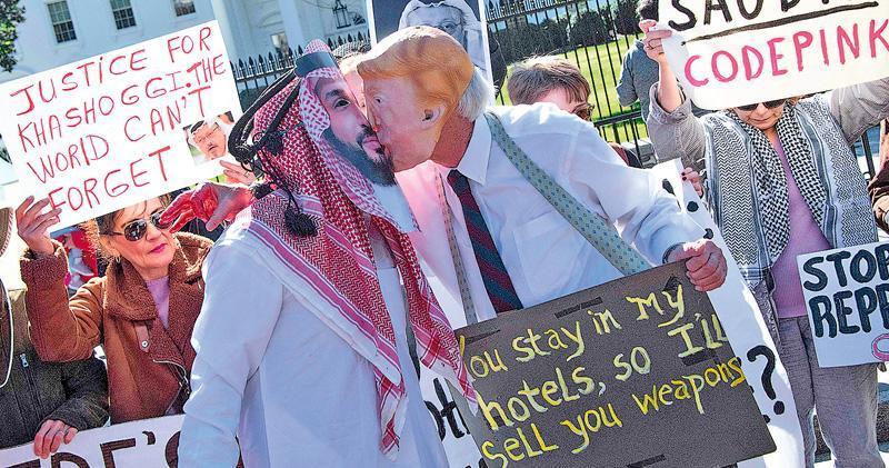 美國首都華盛頓白宮外一批示威者上周五(19日)集會,抗議華府沒有積極抨擊沙特涉嫌殺害異見記者卡舒吉,戴上美國總統特朗普和沙特王儲穆罕默德面具的示威者更假扮親吻,顯示雙方關係密切。(法新社)