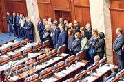 馬其頓國會通過起草修正案,啟動將國名改為「北馬其頓共和國」的修憲程序,其間一批反對派議員起立杯葛表決。(路透社)