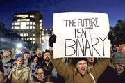 華盛頓廣場公園周日有市民示威,反對政府計劃收緊性別的定義,有民眾舉起示威牌,上面寫道「未來不是二元」。(法新社)