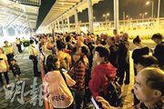 港珠澳大橋開通後首個周末,總人流首次達到政府早前預算,香港口岸昨傍晚有逾千旅客排隊輪候「金巴」前往珠海及澳門。