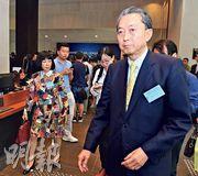 日本前首相鳩山友紀夫(前)於會後接受訪問,他擔心日本會成為貿易戰第二個目標,特別日本汽車日後或受美國攻擊。(劉焌陶攝)