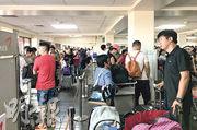 「玉兔」早前重創塞班島,當地機場周日有大批中國乘客滯留。(新華社)
