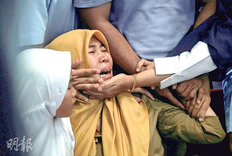 獅子航空JT610號班機昨墜海,在邦加檳港機場等候消息的乘客家屬聞噩耗後傷心激動。(路透社)