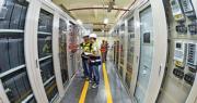 福建晉華集成電路有限公司是國家「十三五」集成電路重大生產力佈局規劃重大項目,也屬於「中國製造2025」。圖為福建晉華的技術人員6月在調試設備。(新華社)