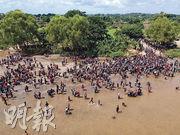 一批民眾於周一從危地馬拉特昆烏曼(Tecun Uman)涉水橫渡蘇恰特河,偷渡進入墨西哥南部伊達爾戈城(Ciudad Hidalgo)。(法新社)