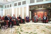 在美中貿易戰持續之際,國務院總理李克強(右一)昨日會見美國議員訪華團時表示,希望兩國以互相尊重、平等合作的方式解決分歧。(法新社)