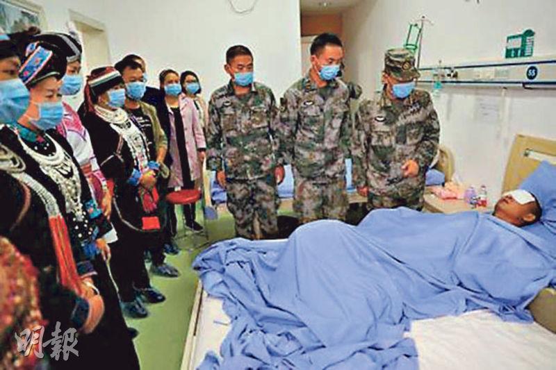 解放軍掃雷兵杜富國上月在雲南掃雷時遭炸至重傷,失去雙手和雙眼。圖為當地民眾和部隊官兵上月底到醫院看望杜富國。(網上圖片)