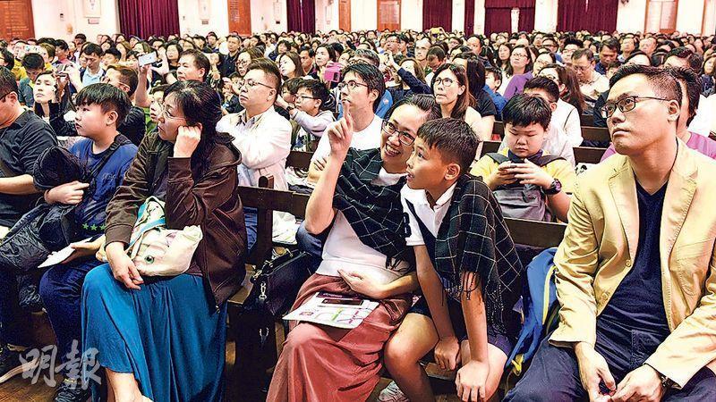 拔萃男書院昨日舉行兩場中一入學簡介會,不少家長帶同兒子出席,該校副校長曹家偉估計兩場簡介會共吸引逾3000人出席。(劉焌陶攝)