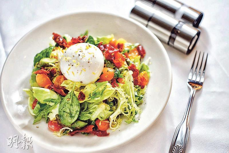 Cheese is added to a garden salad. (Mingpao Photo)