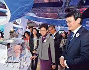 行政長官林鄭月娥(前右二)、財政司長陳茂波(後中)和商務及經濟發展局長邱騰華(右一)昨參觀進博會香港展示區,對「多區正向光學離焦」眼鏡鏡片十分感興趣。(政府新聞處)