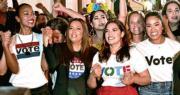 《復仇者聯盟3》女星素兒莎丹娜(前排左一)、《靚太唔易做》的伊娃朗歌妮亞(前排左二)等演員及社運人士,周日(4日)參加佛羅里達州邁阿密遊行,鼓勵當地拉美裔社群參加中期選舉投票。(法新社)