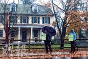 賓夕法尼亞州昨日下雨,但有熱心民眾冒雨呼籲投票。(路透社)