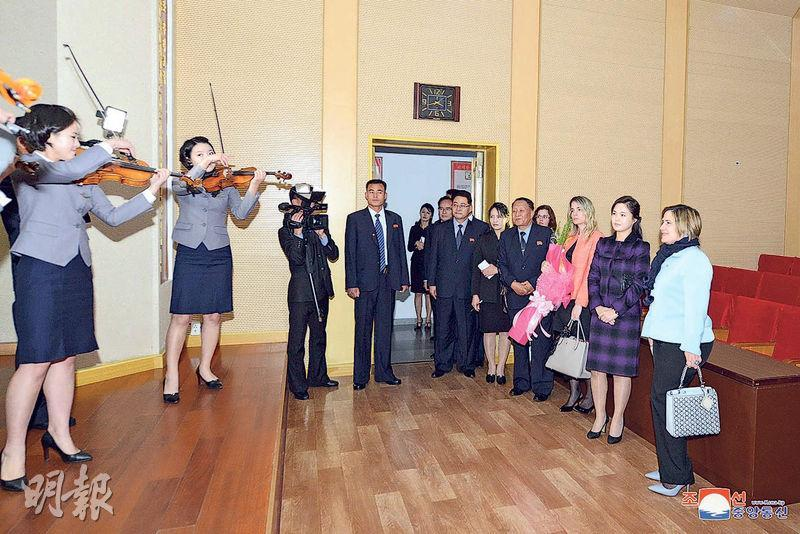 朝鮮領袖金正恩的夫人李雪主(右二)周一招呼古巴國務委員會主席夫人奎斯塔(右一)及其隨員,到平壤金元均音樂綜合大學參觀及觀賞弦樂團演奏。(路透社)