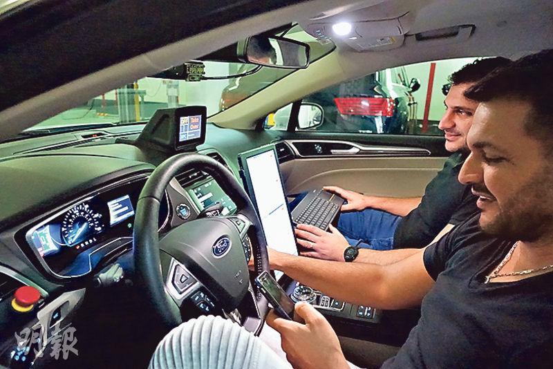 具備12個Mobileye鏡頭的無人駕駛車已經在耶路撒冷的馬路上試行,無人駕駛車須獲交通部所批許可證,並須由持有特殊牌照的駕駛員監控,無人駕駛車系統亦須具備可隨時由人接管的設定(見圖)。(林穎茵攝)