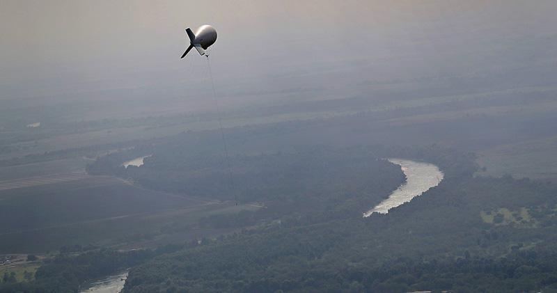 美國海關及邊境保護局人員周三放出配備高清攝錄機的偵測氣球,監察墨西哥邊境的偷渡客和走私活動。(路透社)