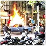 索馬里裔施襲者(紅箭嘴)在其車輛起火後,持刀與警員(藍箭嘴)對峙。(網上圖片)