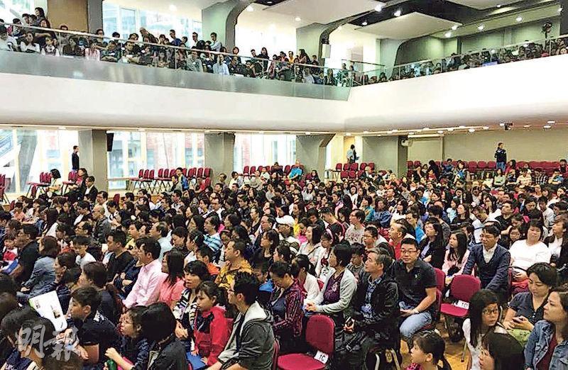 直資名校聖保羅男女中學昨天舉行兩場中一收生簡介會,共約1700人出席,不少人攜同子女。(陳彥彰攝)
