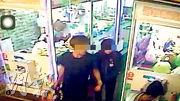 事發當日,林女(右)和蕭姓男友(左)在樓下「夾公仔」,回家後發現男童倒斃。(網上圖片)