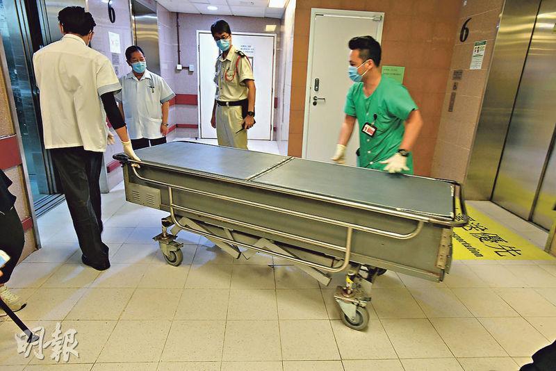 事主張淑玲延至昨早9時42分死亡,遺體中午由仵工舁送殮房。(衛永康攝)