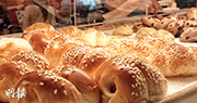 消委會與食物安全中心調查中最高鈉的腸仔包來自山崎麵包,一個84克的腸仔包含540毫克鈉。(曾憲宗攝)