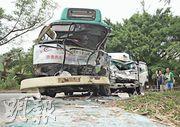 意外後小巴及貨車車頭嚴重凹陷,小巴司機位及車頭乘客座椅均被撞至扭曲。(林智傑攝)