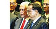 昨日在新加坡出席東亞峰會的國務院總理李克強(右)與美國副總統彭斯(左)交談。(路透社)