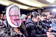 周日在伊斯坦布爾一場紀念活動上,一名男子戴上卡舒吉的紙面具。(法新社)