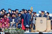 23歲博士研究生墮樓之際,科大正舉行新任校長史維就職典禮暨第26屆學位頒授典禮,有畢業生在台上興奮自拍。(賴俊傑攝)