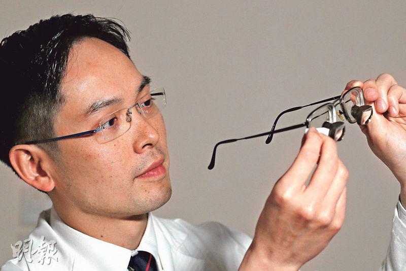 瑪麗醫院肝臟移植外科副主任陳智仁手中眼鏡為醫生做換肝手術期間佩戴,眼鏡前端鏡片放大率為2.5倍。(曾憲宗攝)