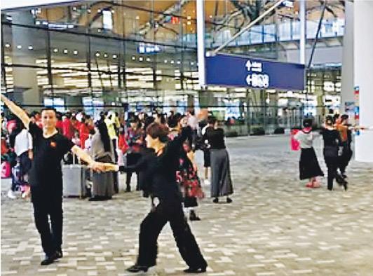 港珠澳大橋開通後第4個周日,有網民發現,昨早香港口岸除了有候車或等候出入境的旅客,還有遊客在口岸區跟隨音樂起舞,有網上留言「邊度有廣場邊度都有大媽舞」。(facebook截圖)