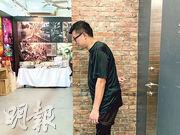 李國光(圖)患有強直性脊椎炎20多年,部分脊骨早已因病「黏在一起」,未能挺直腰骨。圖為他嘗試挺直腰骨,惟側面看仍顯得駝背。(黃心悅攝)