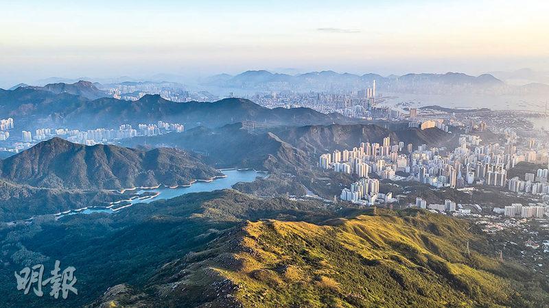 從大帽山頂俯瞰,有山有海,還有城市森林。拍攝者Tugo說,能同時拍攝到山脊線、海岸線及城市的地方,全世界就只有香港。(Tugo Cheng提供)