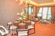 客飯廳間隔方正,佈置以灰色為主調,配以木材地板。(攝影 劉焌陶)
