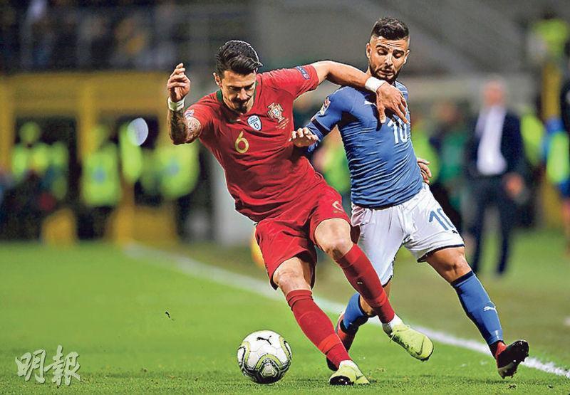 葡萄牙隊賽和意大利隊後,成為首支出線隊伍。圖為葡軍後衛荷西方迪(左)與對方前鋒恩斯治尼爭球(右)。(法新社)