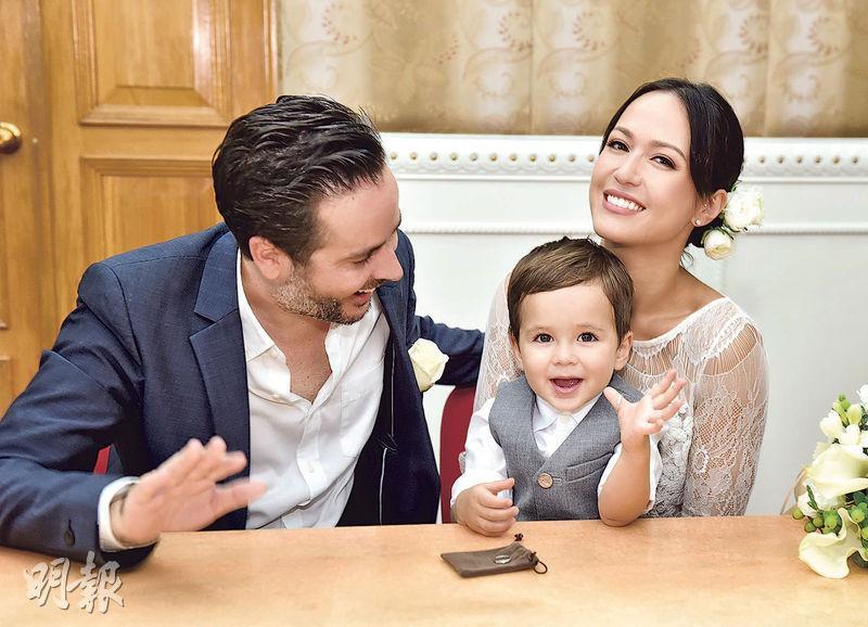 Sebastian把婚戒戴在拇指上,逗得爸爸Simon及媽媽貝安琪樂透。