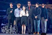 IU首場個唱請來男團g.o.d,實現她與偶像合照的夢想。