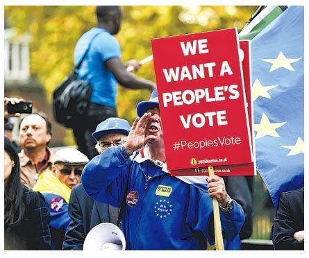 倫敦下議院大樓外上周四有民眾示威,要求再就英國脫歐作公投。(新華社)