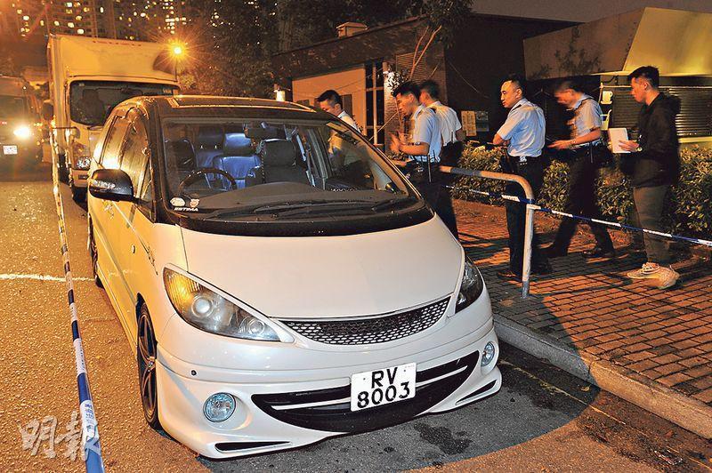 被劫去的旅行篋裝有全球定位系統,警方追查信號,在大角嘴發現一輛懷疑接載賊匪的白色七人車,惟車上已無人亦無贓款。(樊銳昌攝)