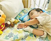 患罕有心臟病「主動脈狹窄」的17個月大男嬰張可仁(圖),近日再確診「第四期神經母腫瘤」,需200萬元治療費,其父是中大醫學院畢業生,該學院正為男嬰籌款。(中大醫學院facebook)