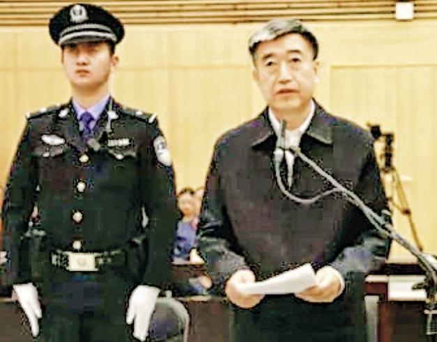 劉強(右)被控受賄以及破壞選舉,在北京受審。(網上圖片)