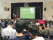 傳統資助名校九龍華仁書院昨天舉行「未來新生」資訊日,設4場中一收生簡介會,共吸引逾2400人報名,不少家長帶同兒子出席。(陳彥彰攝)