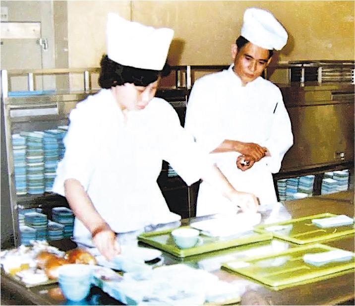 北京航空食品有限公司剛創立時,督導員工、管理層,皆由香港人出任。時任民航局長沈圖說,其時領導人鄧小平最關心是公司懂不懂做牛角包。圖為北京航食成立之初的配餐間。(受訪者提供)