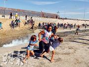 中美洲偷渡客周日在美國邊界圍欄(左上)前遭施放催淚彈驅趕,一名婦人拖着孩子退回墨國蒂華納一方。(路透社)