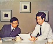 1988年1月,梁振英(右)與當時來港學習撰寫招標文件的時任上海市土地批租辦副主任王安德(左)一同撰寫文件。梁形容起草組的官員刻苦勤奮,即使過年前邀對方到港買年貨,對方亦以工作緊迫為由拒絕。(受訪者提供)